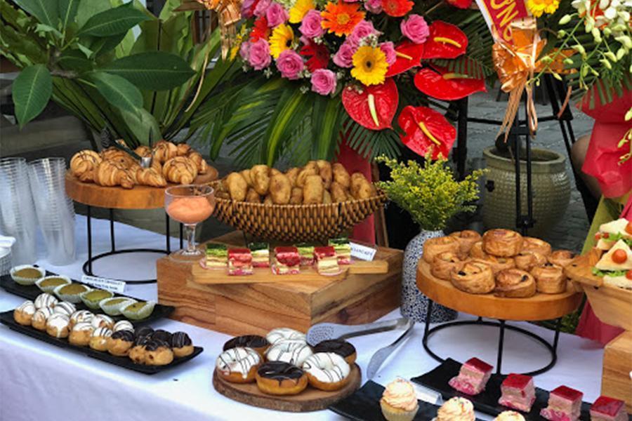 Đặt tiệc buffet quận 2 tràn ngập bánh ngọt dành cho dân văn phòng, công ty